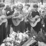 Pohreb Morského vlka (T.O. Zlatý had), cintorín v KE, 1.7.1974. Zľava s gitarami Vlado (T.O. Nevada), Jim, Šedý vlk (TS).