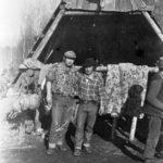 """Dido (T.O. Nevada) a Jim pred Blchárňou neďaleko Šivca. Podľa """"parohov"""" nad vchodom cca 1975-78"""