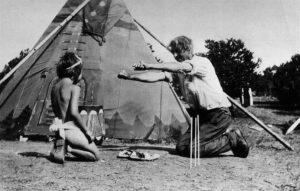E.T.Seton pri hrách s adoptívnou dcérou Dee