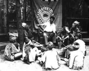 Seton s jednou z prvých skupín Woodcraft Indians (cca 1903)
