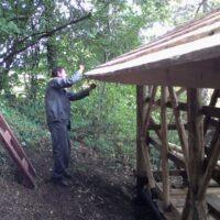 pri budovaní osadnej chajdy (2012)