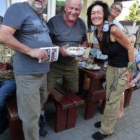 Oslávenec Bill (v strede) s Džipom a Bábovkou