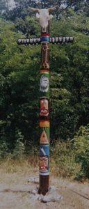 Tento totem vysekali v roku 1994 Mačeta, Paplón, Bublina k 25.výročiu založenia trampskej osady Biely Tesák Trnava. Stál do roku 2005 na osadovom fleku na Katarínke.