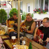 na gitary Pedro, Charlie, Gombík, oproti Ćárli s mandolínkou