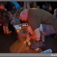 Bob zapaľuje symbolický ohník (mobilfoto Fenik)